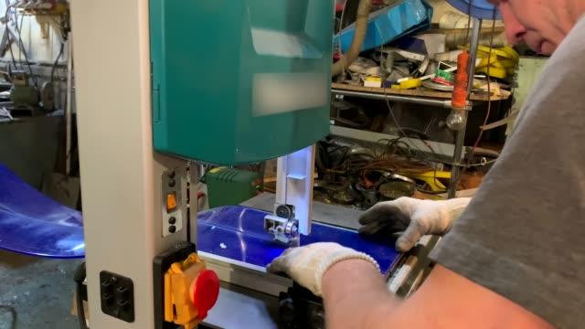the man behind the machine - a band saw - poliuretano polimero video stock e b–roll