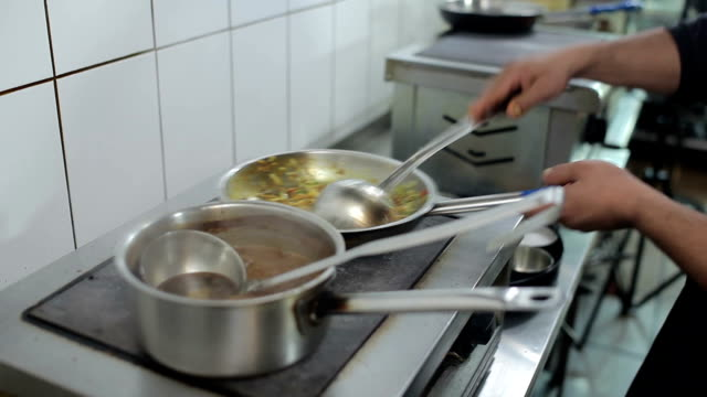 男がレストランでインド料理を調理します。 - 異国情緒点の映像素材/bロール