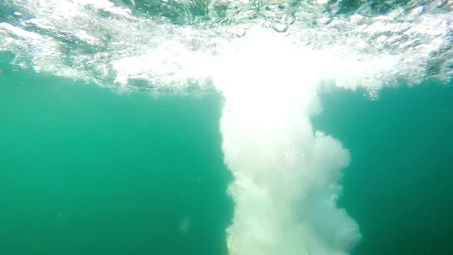 El hombre se ha sumergido en el agua y emergió - vídeo