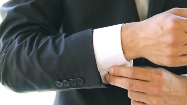 vídeos de stock e filmes b-roll de o homem vestindo e botões de punho - elegante