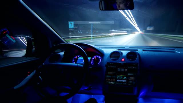 mannen som kör en bil med en virtuell navigator i en natt stad. hyperlapse - vindruta bildbanksvideor och videomaterial från bakom kulisserna