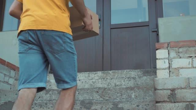 adam kutusu kapının yanında yatıyor - sahanlık stok videoları ve detay görüntü çekimi