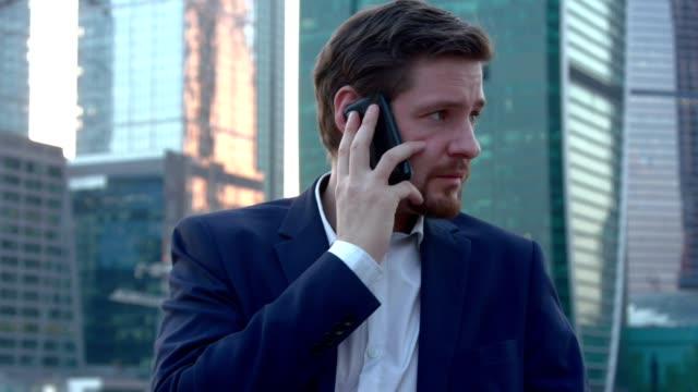 vidéos et rushes de l'homme a peur de parler au téléphone - pont gênes