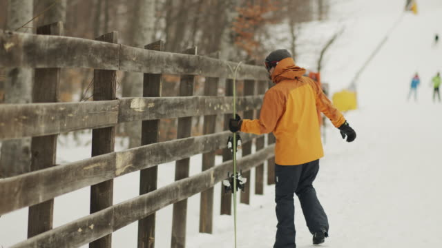 the man leaves her skis to rest, a winter resort - negozio sci video stock e b–roll
