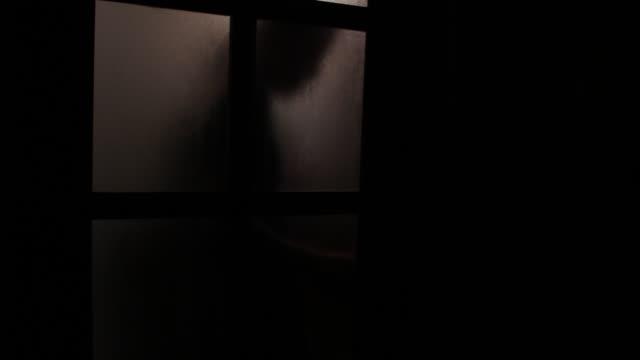 vidéos et rushes de l'homme ouvre la porte en verre - armement