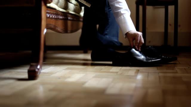 男は靴をオンにします。スライダーを用いた hd 撮影 - 革点の映像素材/bロール