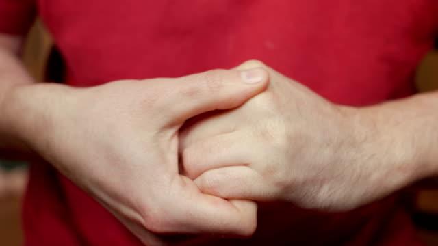 vídeos de stock, filmes e b-roll de o homem coloca o creme nas mãos e auto-massagem das escovas. artrite de fisioterapia. close-up de palmas. dor nas articulações das mãos. síndrome do túnel do carpo. - punho