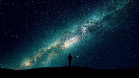 la silhouette dell'uomo sullo sfondo del cielo stellato. accelleratore - copy space video stock e b–roll