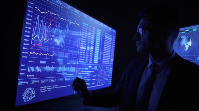 der mann, der an einem blauen sensormonitor arbeitet - holografisch stock-videos und b-roll-filmmaterial