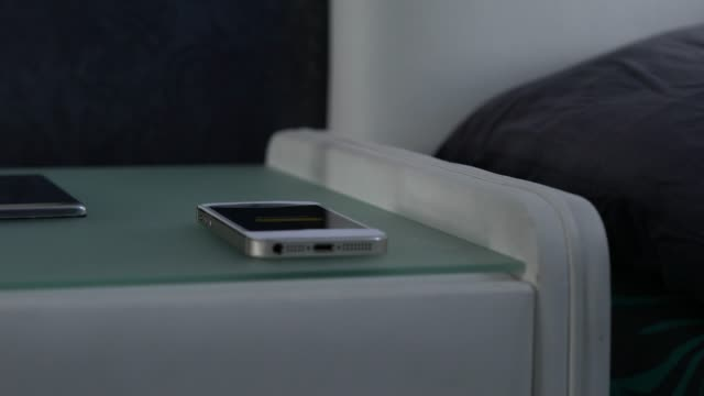 mannens hand vänder av morgon alarmet på din smartphone - alarm clock bildbanksvideor och videomaterial från bakom kulisserna