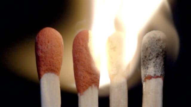 il matchsticks sta lentamente bruciarti - anidride carbonica video stock e b–roll