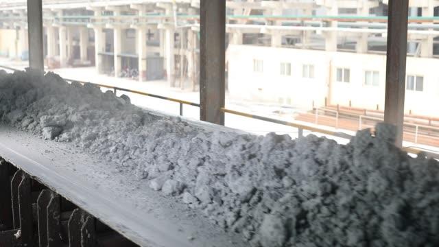 工場の生産ラインのコンベア ベルトの素材 - セメント点の映像素材/bロール