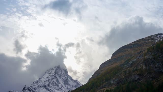 stockvideo's en b-roll-footage met de matterhorn in de ochtend, de koning van de bergen, zonsopgang en gouden kleur bovenop. (zermatt, zwitserland) - matterhorn
