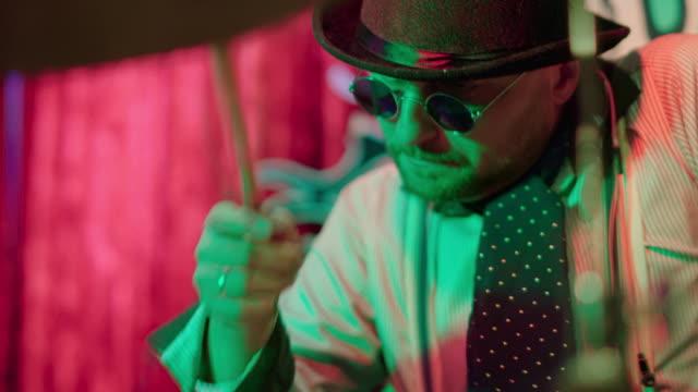 den mogna mannen, trummisen, spelar i liveframträdanden i nattklubben - trumset bildbanksvideor och videomaterial från bakom kulisserna