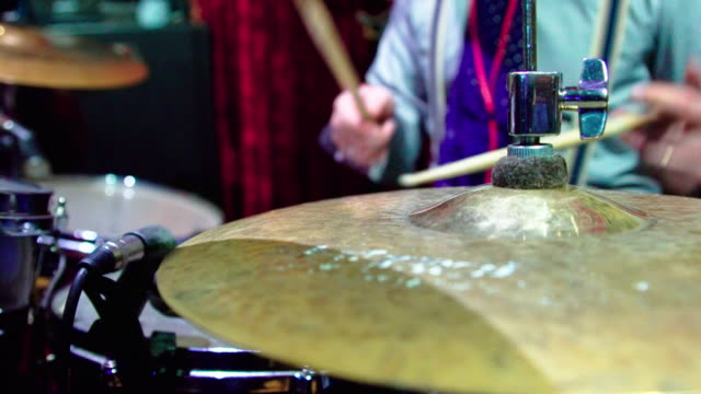 The mature man, drummer, playing in the live performance in the nightclub - vídeo
