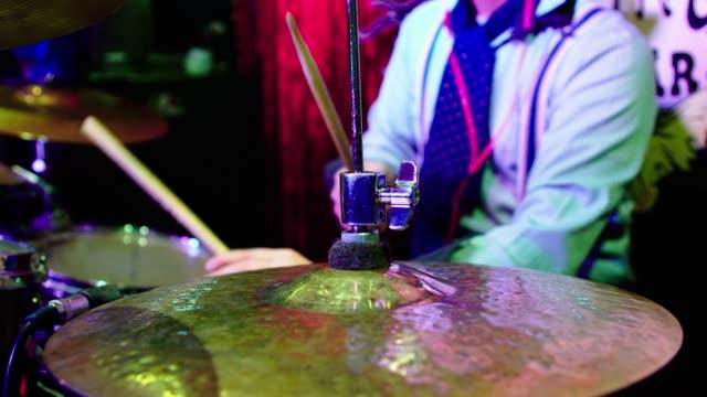 成熟した男は、ドラマー、ナイトクラブでのライブ パフォーマンスでプレー - ミュージシャン点の映像素材/bロール