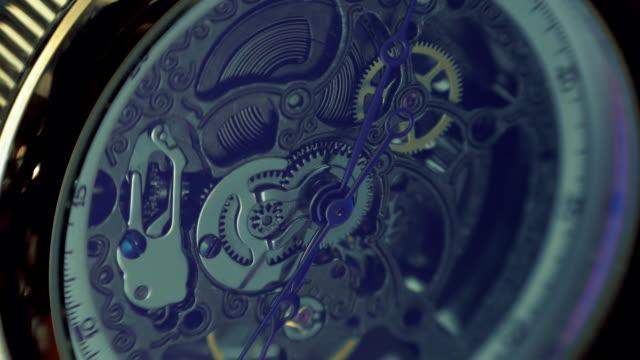 der mechanismus einer armbanduhr antik-look. makro - kleine uhr stock-videos und b-roll-filmmaterial