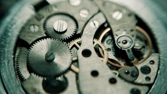vídeos de stock, filmes e b-roll de o mecanismo de analógico horas. - perfeição
