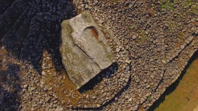 vidéos et rushes de le site mégalithique de locmariaquer en france, vu par drone - bretagne