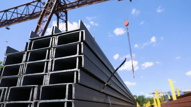 der metallkanal in reihen im offenen metalllager verlegt, der große metallkanal im lager - aluminium stock-videos und b-roll-filmmaterial