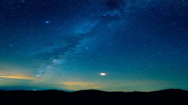 山々 の上流星シャワー。時間の経過 - 星型点の映像素材/bロール