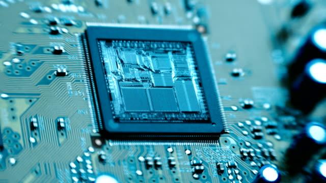 the микрочип, стружки, процессор блестящий внутренних структур - часть машины стоковые видео и кадры b-roll