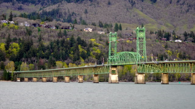 vídeos de stock e filmes b-roll de the mighty columbia flows under the bridge at hood river oregon - margem do rio