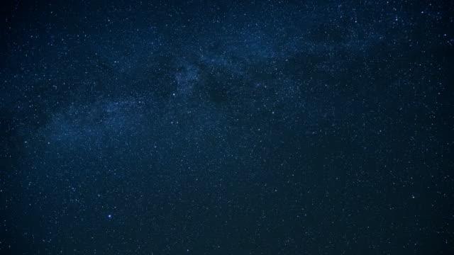 vídeos y material grabado en eventos de stock de la vía láctea se mueve en el cielo nocturno - la vía láctea