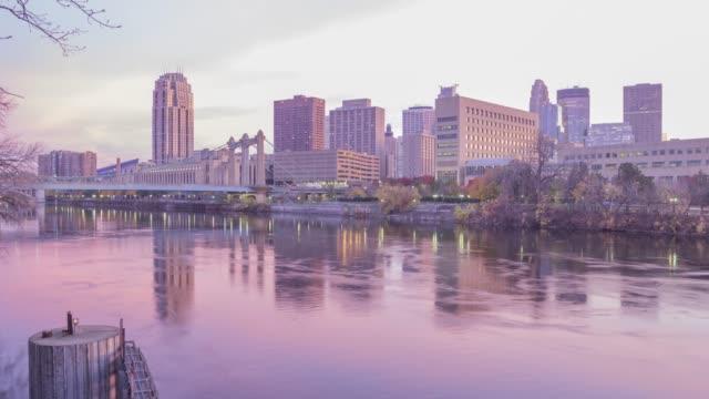 vídeos y material grabado en eventos de stock de el horizonte de minneapolis se refleja en el río mississippi durante un hermoso timelapse al atardecer - zona urbana