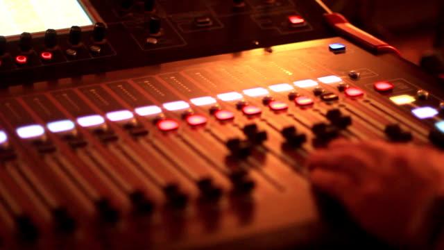 vídeos de stock, filmes e b-roll de a mesa de mistura no concerto - música acústica