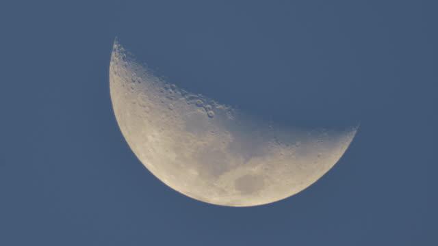 vídeos y material grabado en eventos de stock de la luna en el cielo. - imperfección