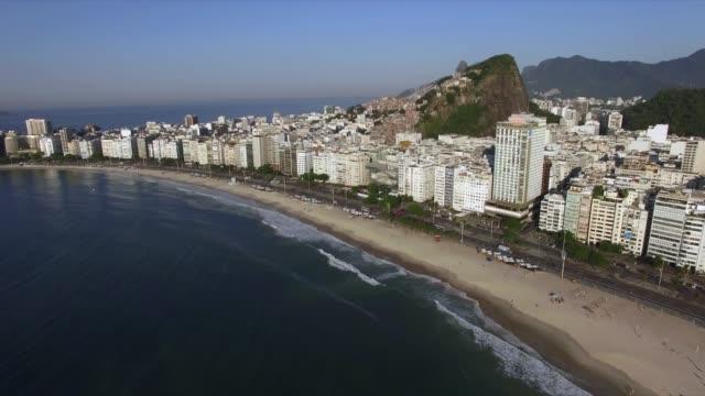世界で最も有名なビーチ。コパカバーナビーチ。ブラジル、リオデジャネイロ市。 - コパカバーナ海岸点の映像素材/bロール