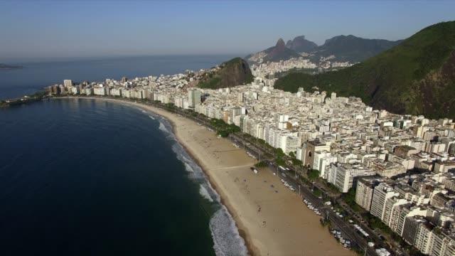 世界で最も有名なビーチ。素晴らしい街です。世界の楽園コパカバーナ地区のコパカバーナビーチ、リオデジャネイロ、ブラジル。 - コパカバーナ海岸点の映像素材/bロール