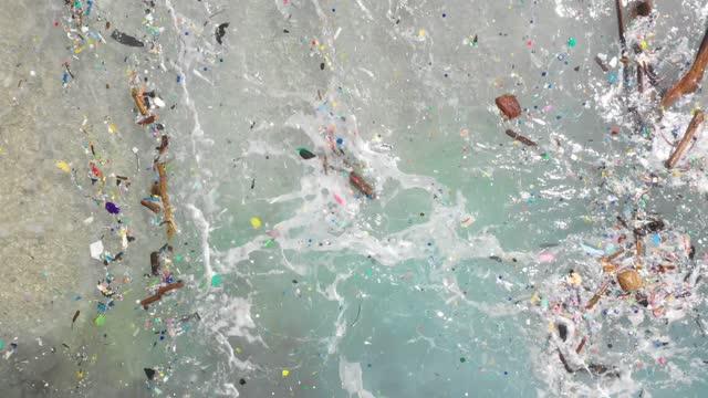 самый загрязненный пляж в мире с пластиком - загрязнение окружающей среды стоковые видео и кадры b-roll