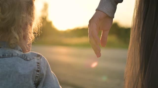 vídeos de stock e filmes b-roll de the mother's hand releases the daughter's hand. image of parting, loss - mulher deixar ir