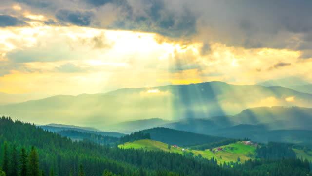 fjällskogen på bakgrund av solnedgången med solstrålar - bergsrygg bildbanksvideor och videomaterial från bakom kulisserna