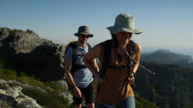 der berg ist ihr glücklicher ort - freizeitaktivität im freien stock-videos und b-roll-filmmaterial