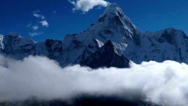 the movement of clouds over the mountain ama dablam - колорадо стоковые видео и кадры b-roll
