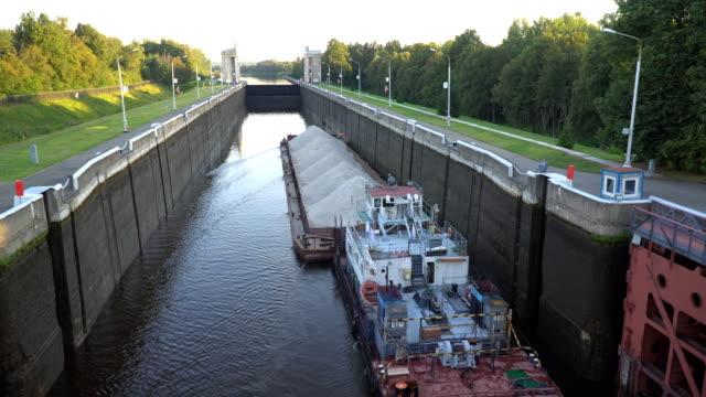 川のゲートウェイを介して運河船と船の動き - はしけ点の映像素材/bロール