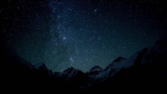 vídeos de stock, filmes e b-roll de o movimento das estrelas no céu noturno - via láctea