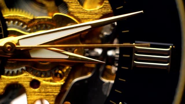 裸の時計のメカニズムの背景には、クロックの手を動かす - 時計点の映像素材/bロール