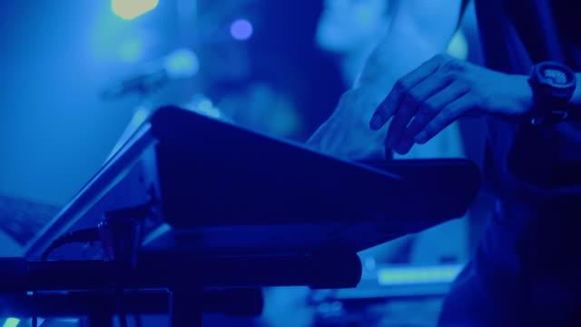vidéos et rushes de le musicien jouant du piano électrique, piano électrique - synthétiseur