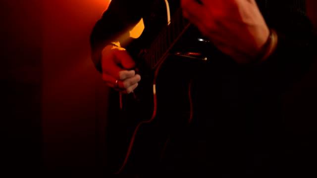 vídeos de stock, filmes e b-roll de o músico joga a guitarra - música acústica