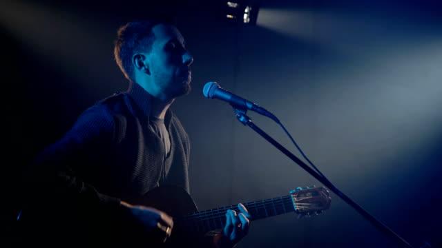 ミュージシャンは、ギターを弾く ビデオ