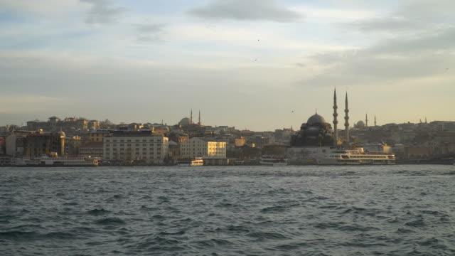 vídeos y material grabado en eventos de stock de la nueva mezquita con la torre de beyazit y el puente de gálata - distrito eminonu