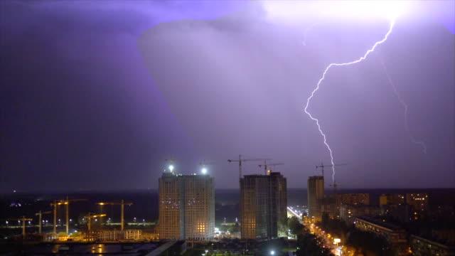 明亮的閃電背景上的夜城 - lightning 個影片檔及 b 捲影像