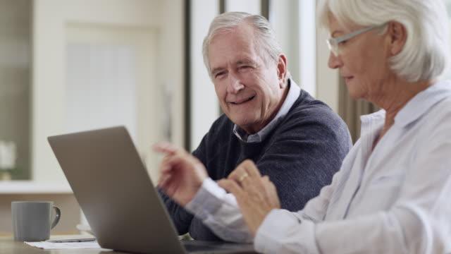 die zahlen sehen gut aus - seniorenpaar stock-videos und b-roll-filmmaterial