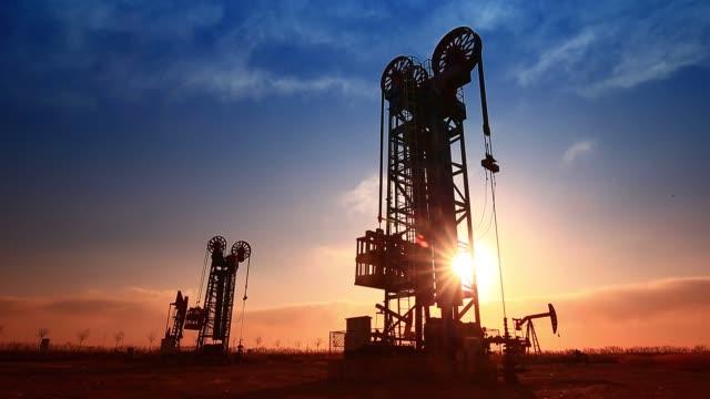 the oil pump, industrial equipment - gaz filmów i materiałów b-roll