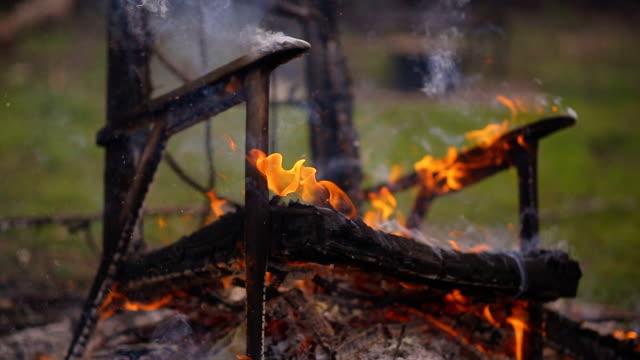 vídeos de stock e filmes b-roll de the old armchair is burning fire, close-up - inflamável