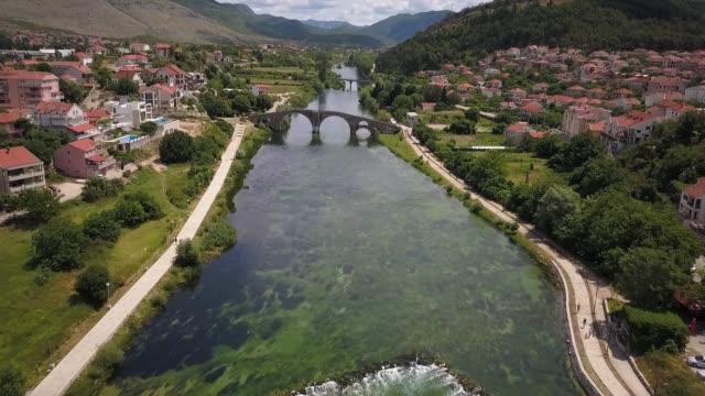 トレビニェ、ボスニア・ヘルツェゴビナの古いオスマン橋 - ボスニア・ヘルツェゴビナ点の映像素材/bロール